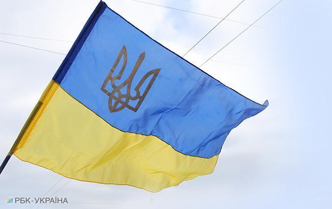 В Донецке в День Конституции вывесили флаг Украины и расклеили патриотичные листовки (фото)
