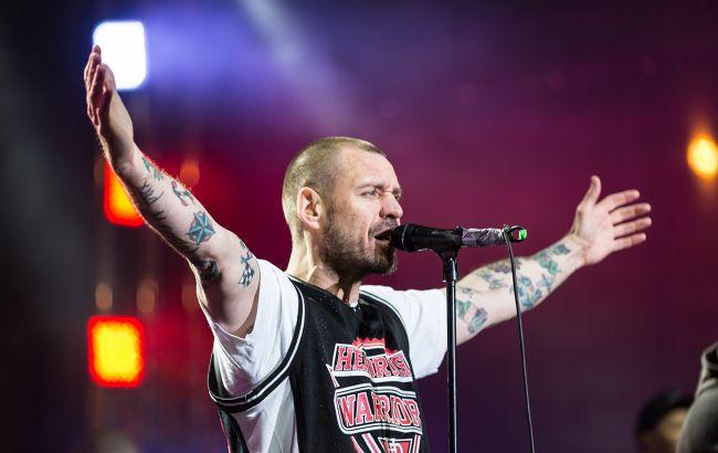 Михалок избил фаната прямо на сцене во время концерта в Полтаве (видео)