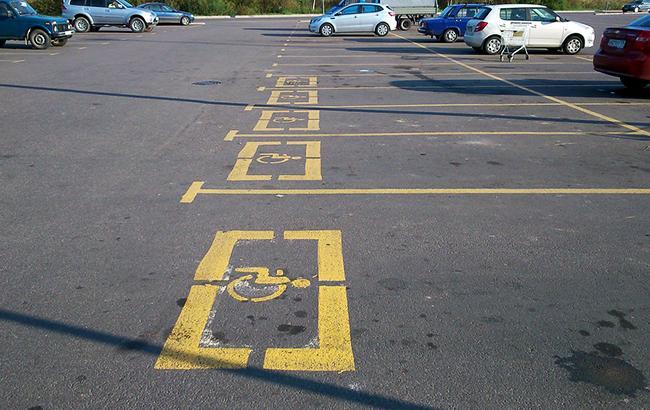 У Дніпрі знищили парковку для людей з інвалідністю (відео)