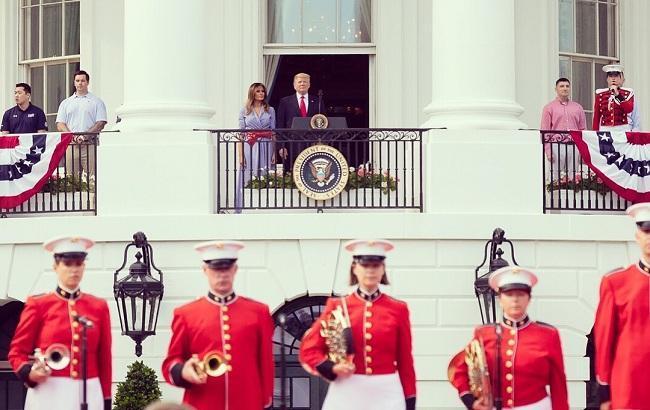 """Платье в клетку """"гингем"""": Мелания Трамп поразила нарядом в День независимости США (фото)"""