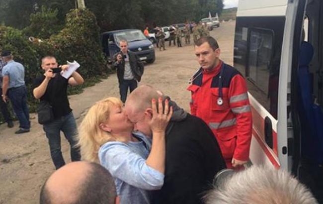 Фото: Покалеченного в плену волонтера встретила жена (facebook.com)