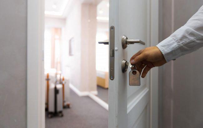 """Постійна дезінфекція та """"масковий режим"""": МОЗ дало рекомендації для роботи готелів"""