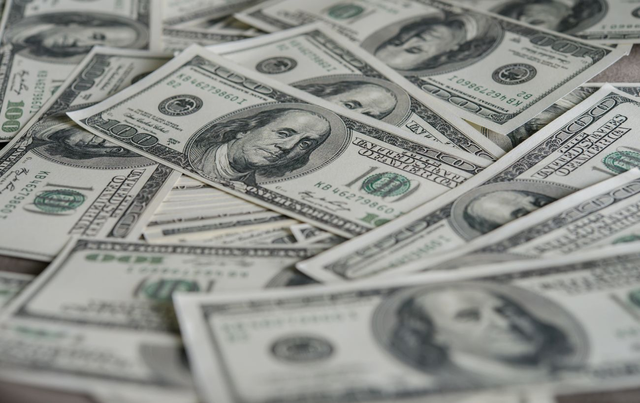 Курс доллара снова упал до минимума за 11 месяцев