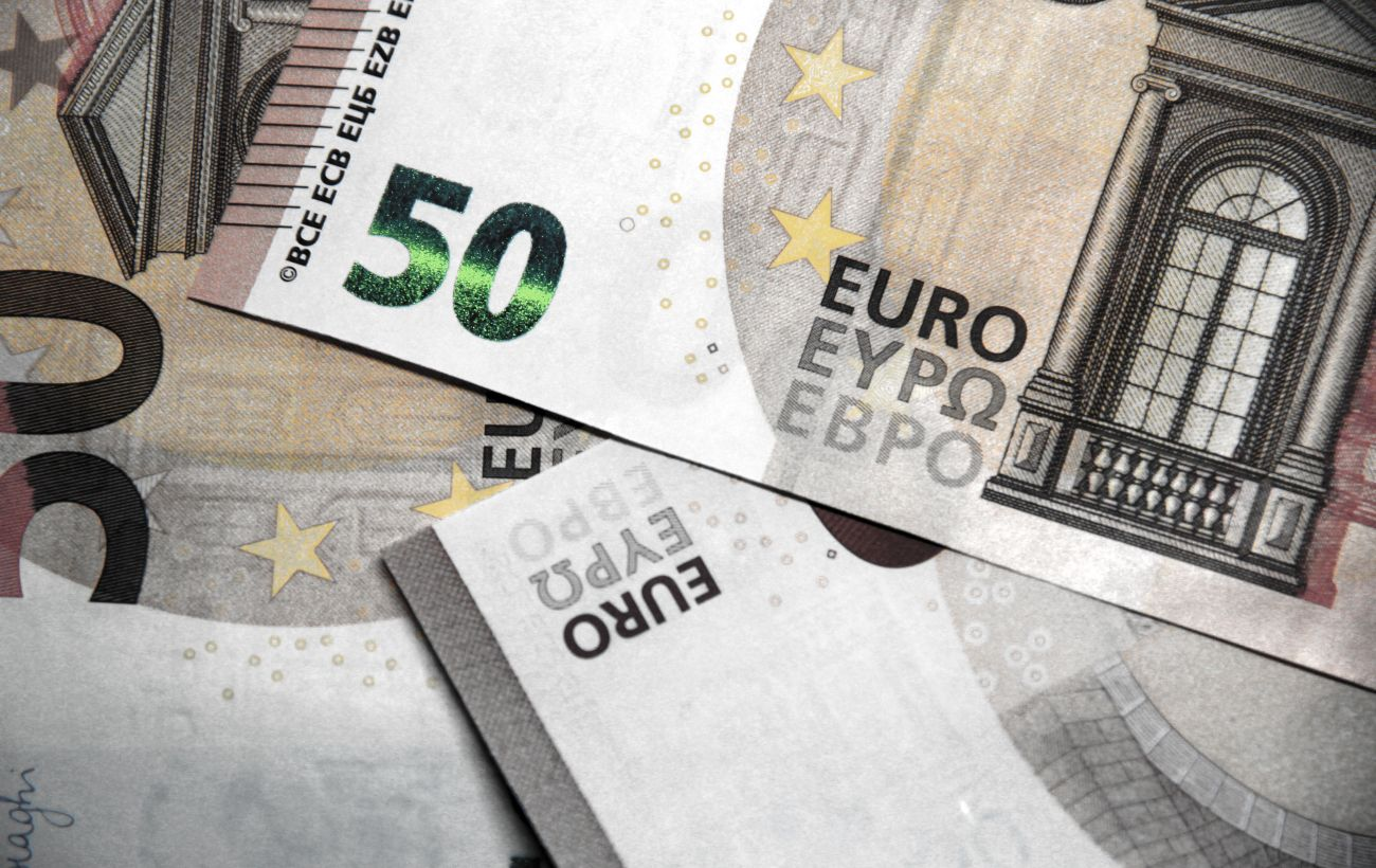 Курс евро немного вырос после падения до годового минимума