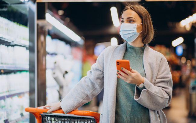 Жителів Чехії зобов'язали носити одночасно дві маски в магазинах і транспорті