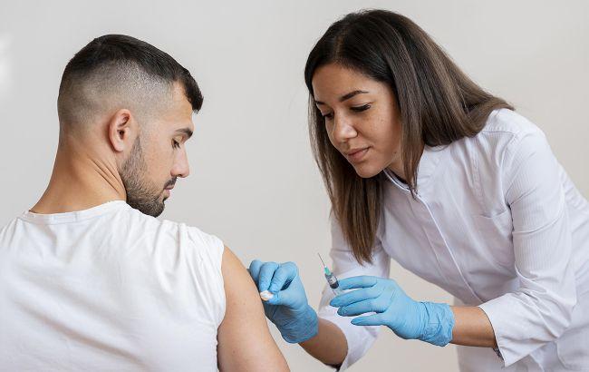 США начали вакцинацию от COVID-19, привили первого американца