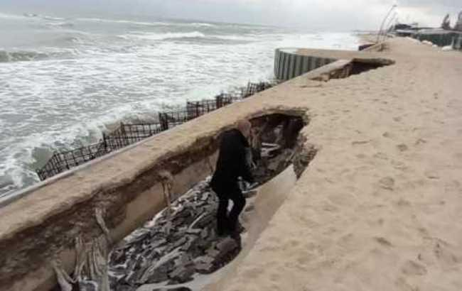 Фото: Разрушенная набережная в Затоке (fromua.news)