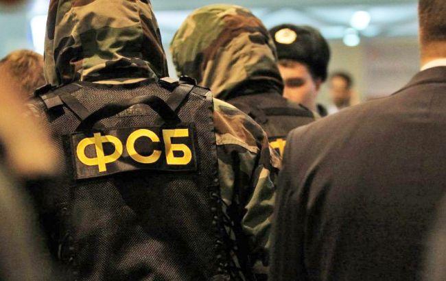 Фото: в ході обшуку у них вилучили автомати Калашникова і вибухівку