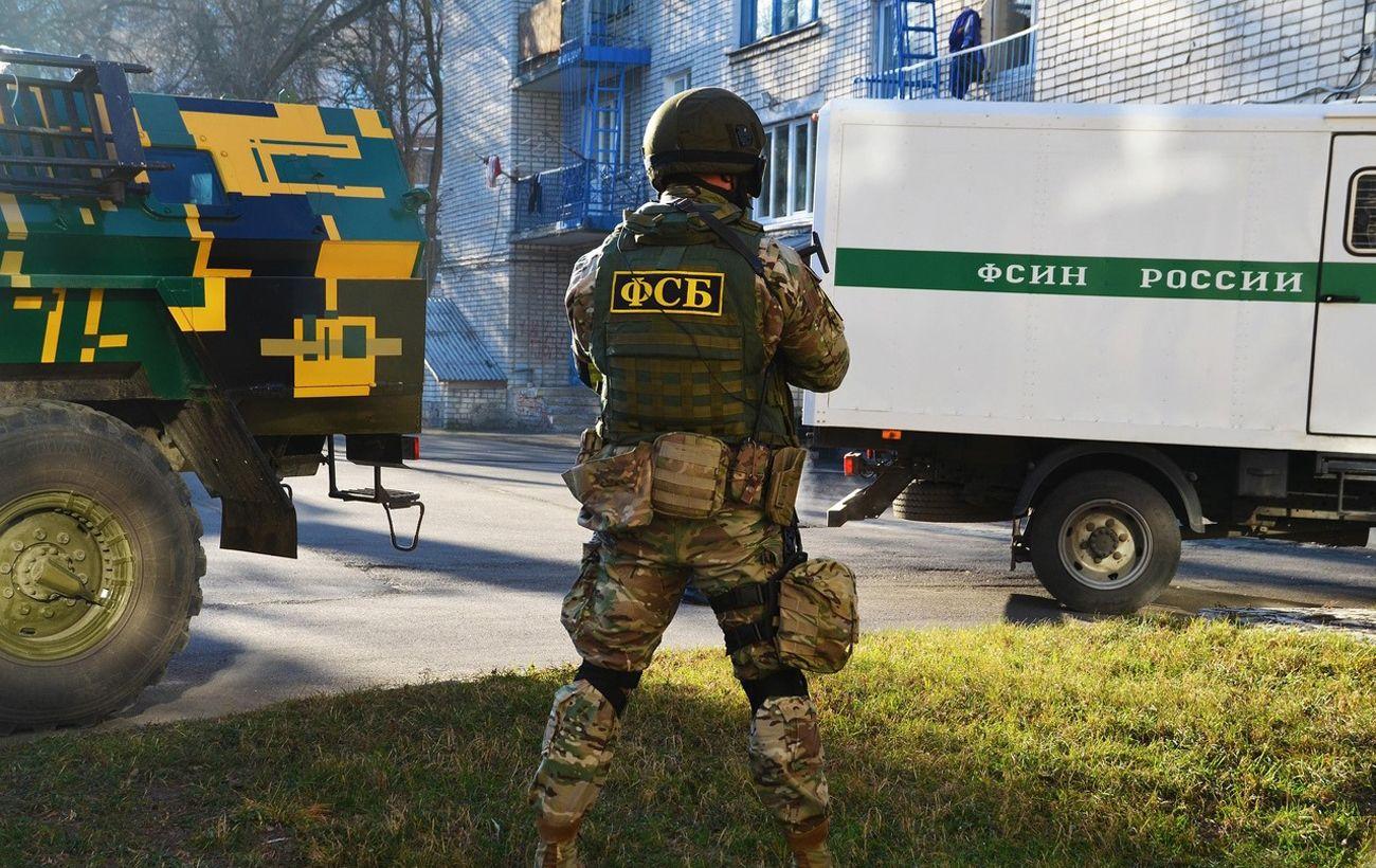 В Крыму задержали двух украинцев. Возлагали цветы к памятнику Шевченко
