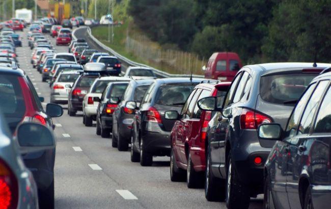 Фото: автомобілі у черзі на кордоні