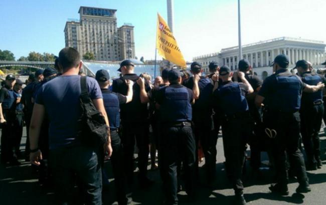 Фото: полиция была вынуждена оттеснить митингующих