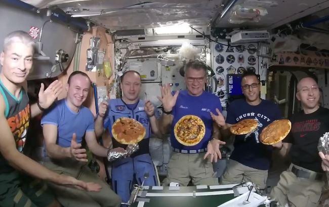 Літаюча пепероні: космонавти в умовах невагомості приготували піцу