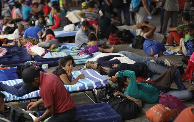 Перша частина каравану мігрантів зайняла під табір стадіон в Мехіко
