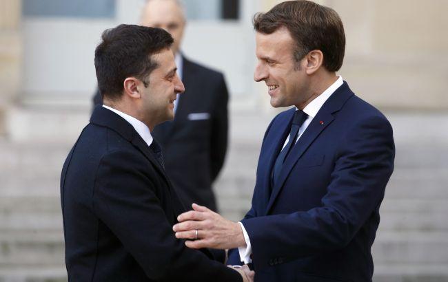 Зеленський вже в Парижі, їде на зустріч з Макроном