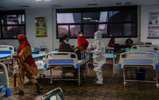 """Вспышка COVID-19 в Индии: больницы переполнены, люди покупают кислород на """"черном рынке"""""""