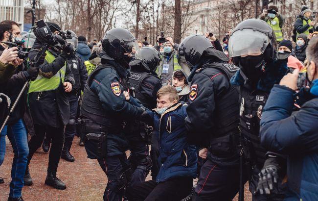 Жесткие столкновения и задержания подростков: что происходит в Москве и Санкт-Петербурге