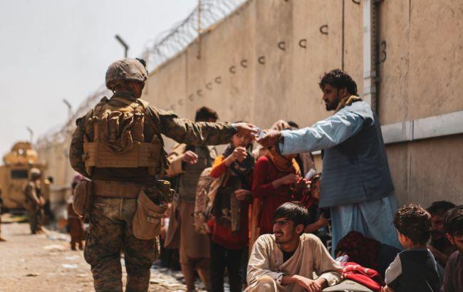 Возле аэропорта Кабула подорвался смертник: что известно