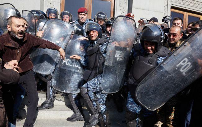 Задержания и перекрытие дорог: в Ереване протестует оппозиция