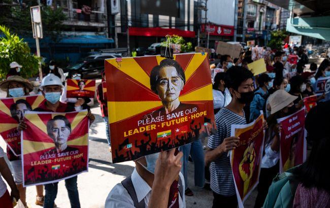 Первая жертва. В Мьянме скончалась раненая на протестах девушка