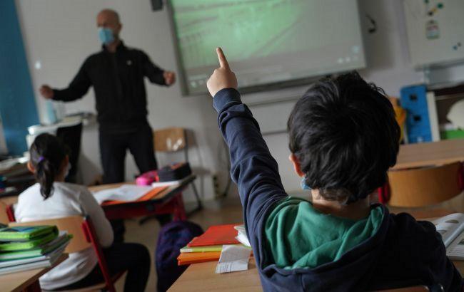 Без онлайн-обучения: в Черновицкой области школы с непривитыми учителями закроют на карантин