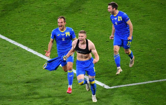 """Почему футболистам нельзя раздеваться после гола, и что грозит Довбику за пробежку в """"топике"""""""