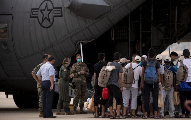 Евакуаційні рейси з Афганістану до США не літатимуть ще як мінімум тиждень