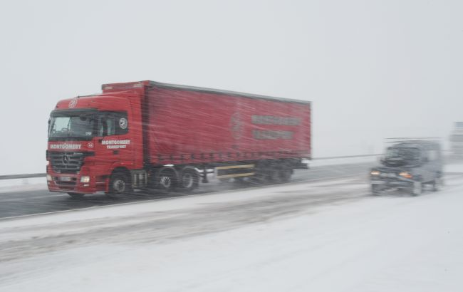 Гололедица и снегопады: в Киеве продлили запрет въезда грузовиков