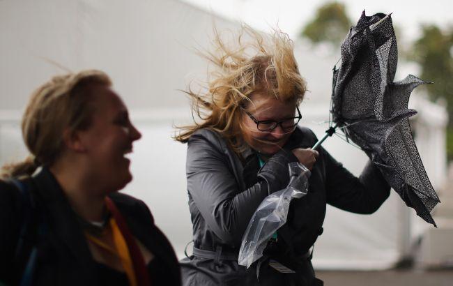 Синоптики предупредили о сильном ветре: какие регионы в опасности