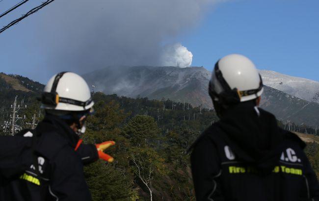После взрывов вылетают раскаленные камни: в Японии проснулся мощный вулкан