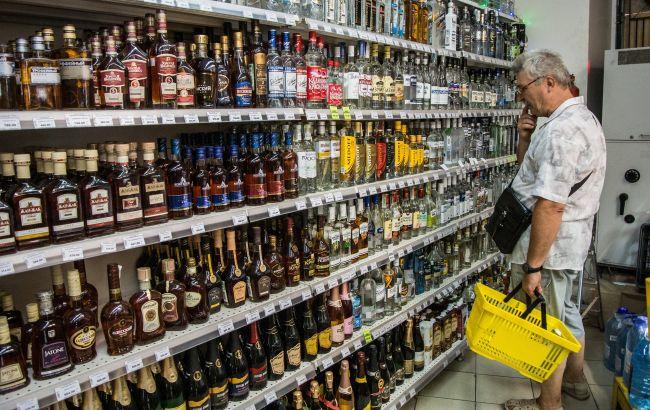 В Україні пропонують заборонити продаж алкоголю та сигарет в супермаркетах: про що йде мова