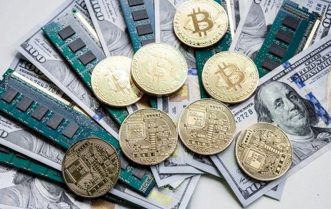 Доллар приостановил рост к основным валютам, биткойн дорожает после обвала