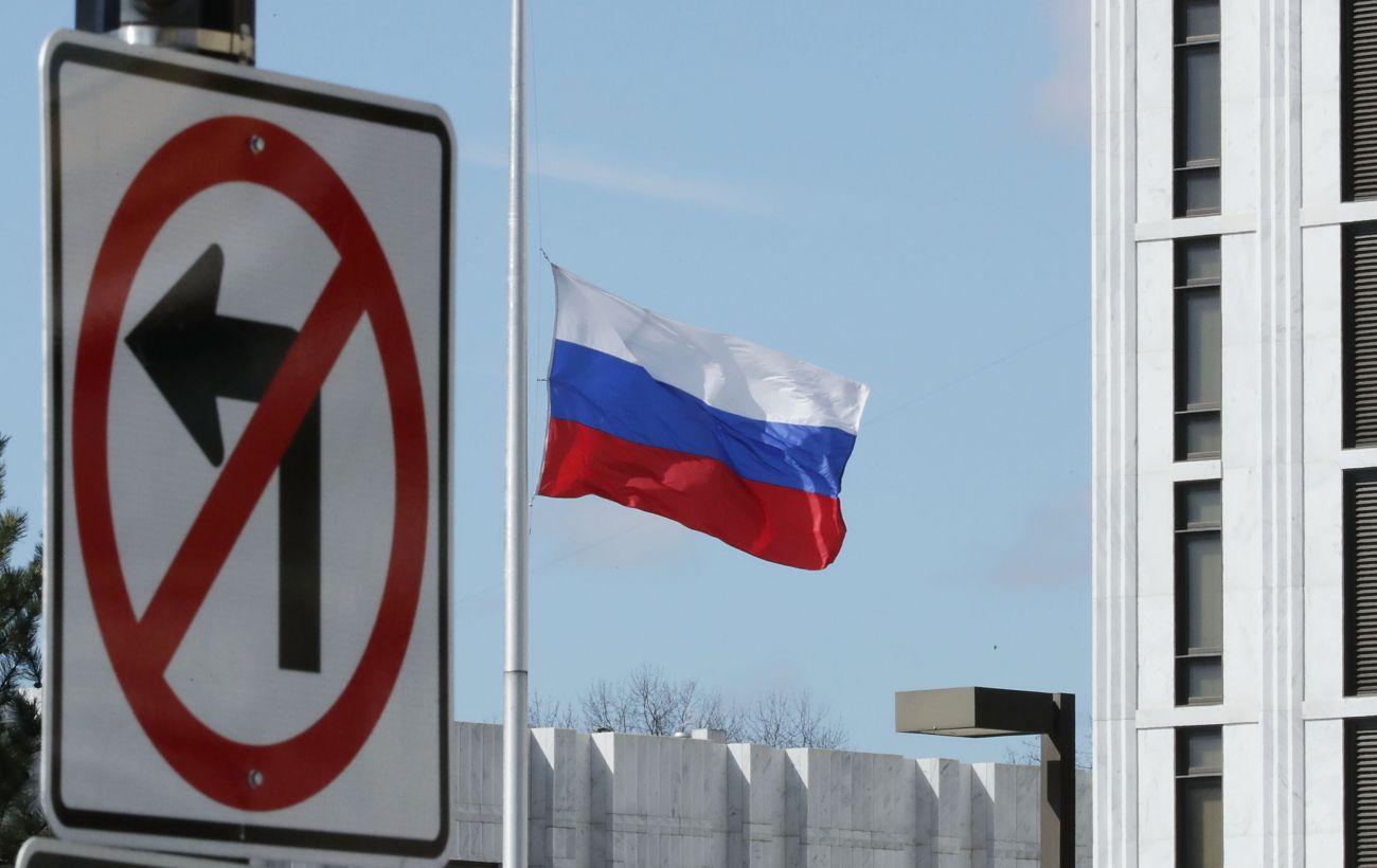 Высланный Украиной российский дипломат покинул страну