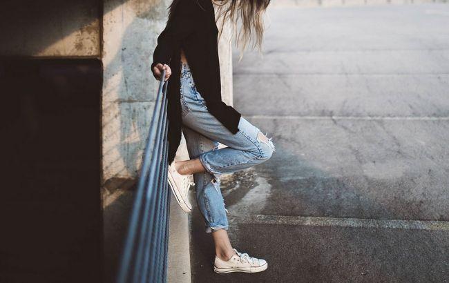 Джинси-скинні та масивні кросівки: стиліст назвала головні антитренди весни⠀