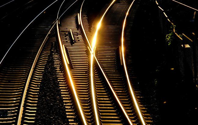 Фото: мужчина упал под поезд (Pixabey)