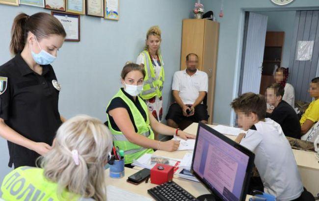 Кидали каміння і використовували газ: у Києві підлітки тероризували перехожих