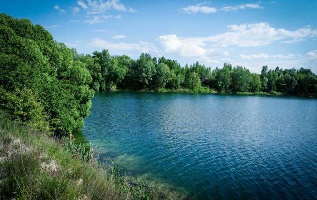 Роскошные пляжи: секретное голубое озеро под Киевом для летнего релакса