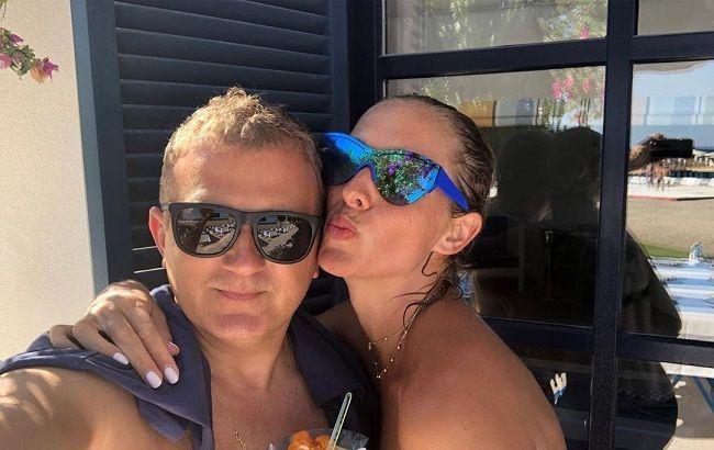 Такие красивые: Катя Осадчая в платье-вышиванке очаровала летними фото с мужем