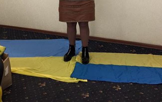 """Фото: Сотратница """"мера"""" Горлівки топче прапор України (facebook.com)"""