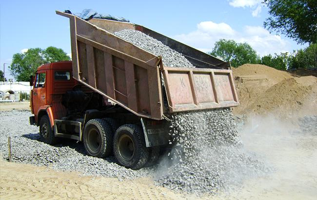 """В Одесі дорога """"поглинула"""" вантажівку зі щебенем"""