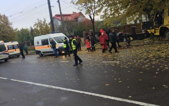 ВоЛьвове маршрутка влетела вдерево иперевернулась, 13 человек госпитализированы