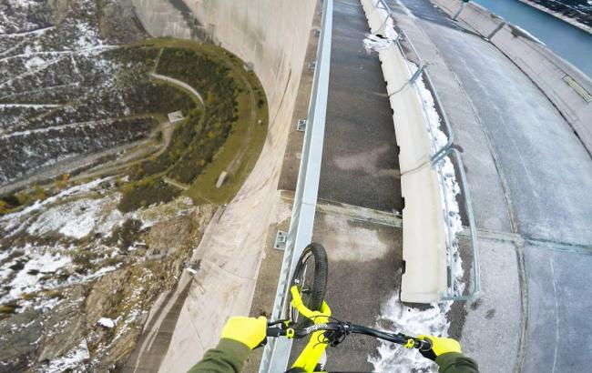 Фото: Велосипедист на огородженні Кельнбрайншпайхер (skubizz.hu)