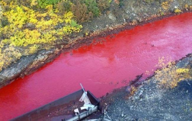 Фото: У Росії річка забарвилася в червоний колір (abcnews.go.co)