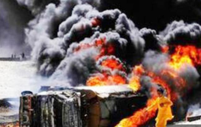 Фото: загоряння бензовозу в Пакистані (HumayonSuleman twitter)