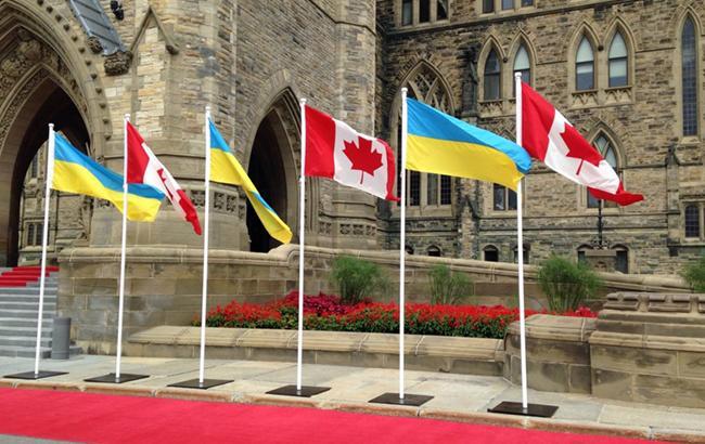 Фото: флаги Канады и Украины возле здания канадского парламента (president.gov.ua)