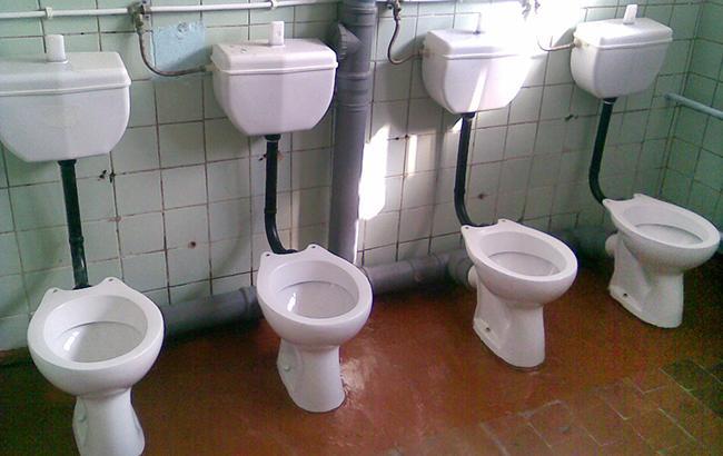 """""""Жалко, что без оркестра"""": соцсеть насмешило торжественное открытие туалета в украинской сельской школе"""
