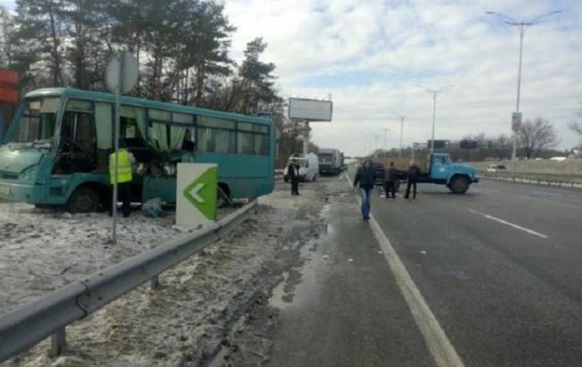 Масштабна ДТП у Києві: 3 автомобілі зіштовхнулися з автобусом