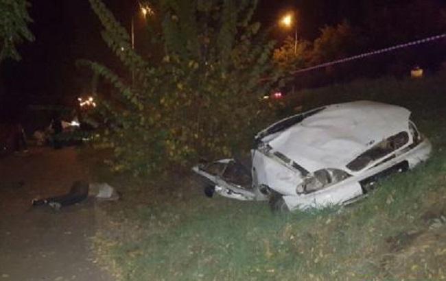 Смертельное ДТП вКиеве: авто разорвало начасти