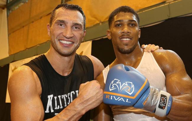 Фото: Кличко и Джошуа (klitschko-brothers.com)