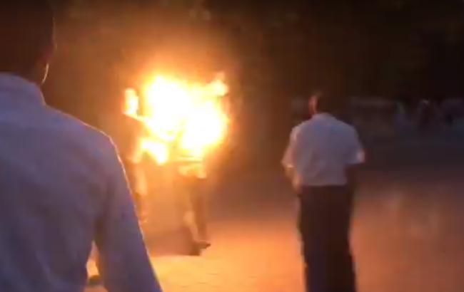 Фото: чоловік підпалив себе у Луцьку (скріншот відео)