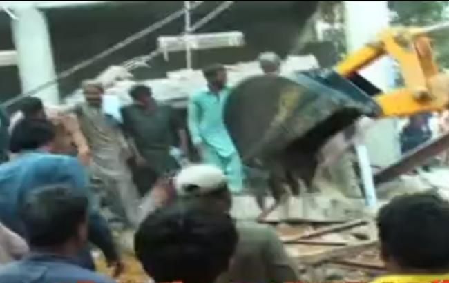У Пакистані на складі обвалився дах, 13 загиблих